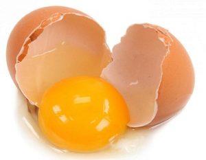 làm sạch vết bẩn của nghệ bằng lòng trắng trứng