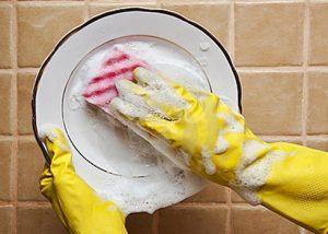 Làm sạch chén đĩa bằng nước nóng