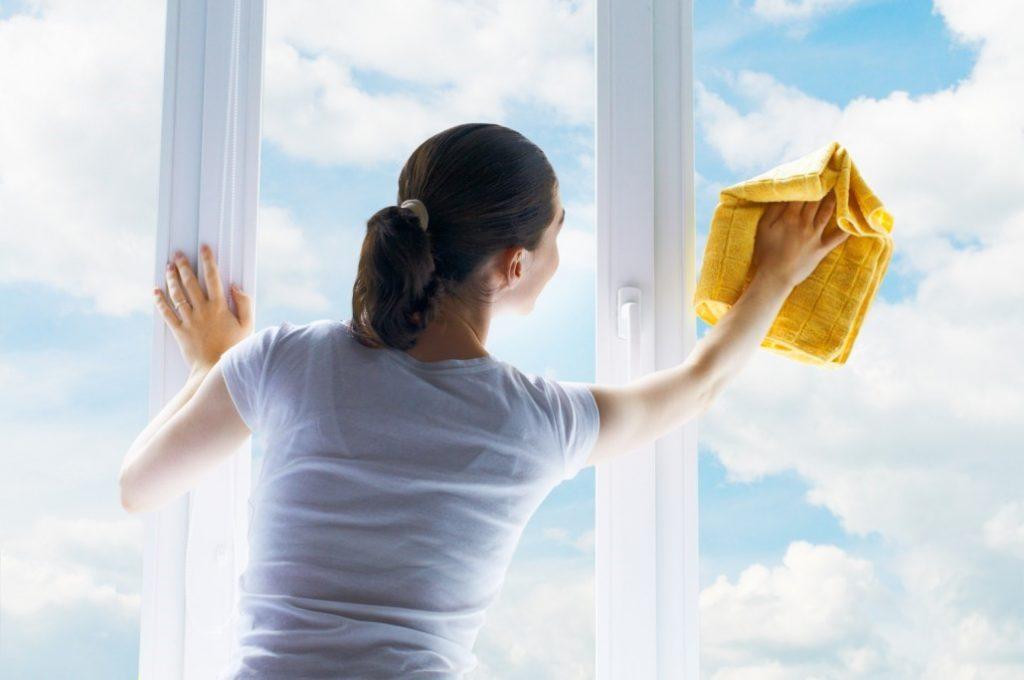 Dùng khăn khô để lau nhà