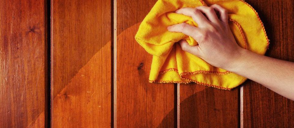khăn lau vào sàn gỗ