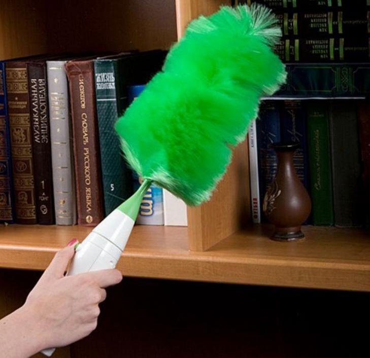1 người cầm cây chổi lông gà màu xanh lá cây