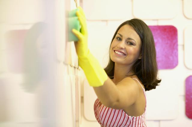 cô gái đang lau tường