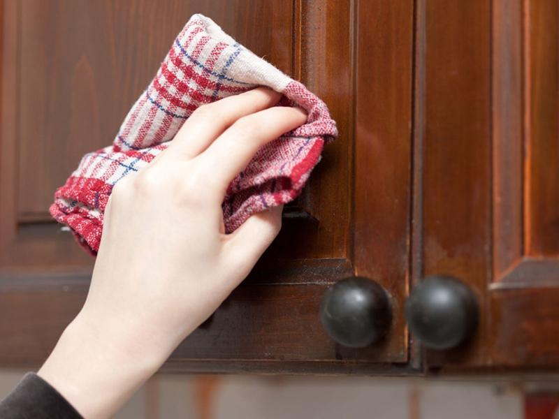 dùng khăn lau cửa