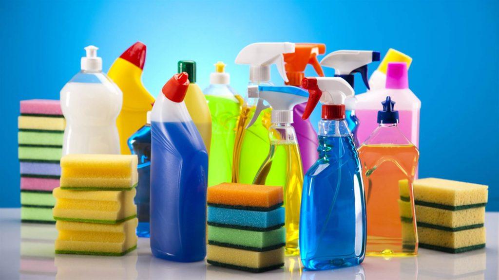 nhiều chai lọ đựng đựng dung dịch tẩy rửa với các miếng rửa chén