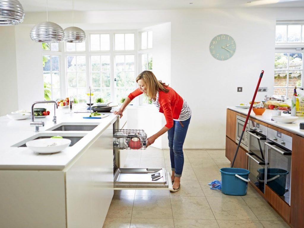 người phụ nữ đứng trong bếp