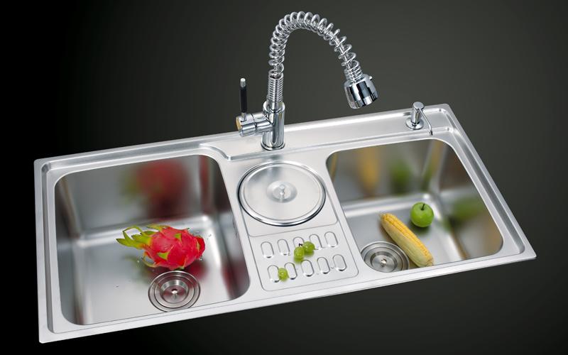 bồn rửa bát có chứa thanh long, bắp, táo