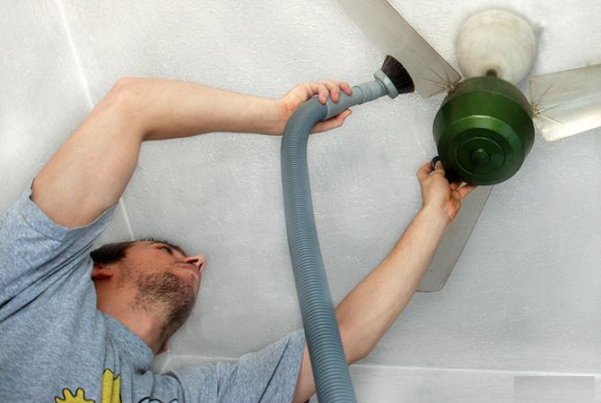 Dùng máy hút bụi vệ sinh quạt trần