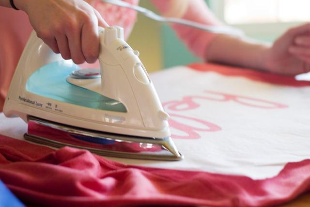Đặt lớp vải mỏng lên bề mặt áo trước ủi áo thun