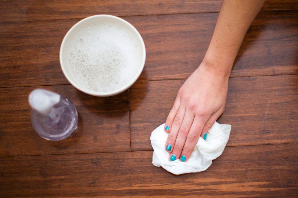 lau chùi sàn nhà bằng khăn và dung dịch tẩy rửa