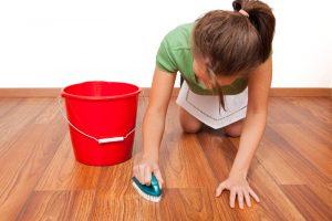 cách tẩy vết bẩn trên sàn nhà