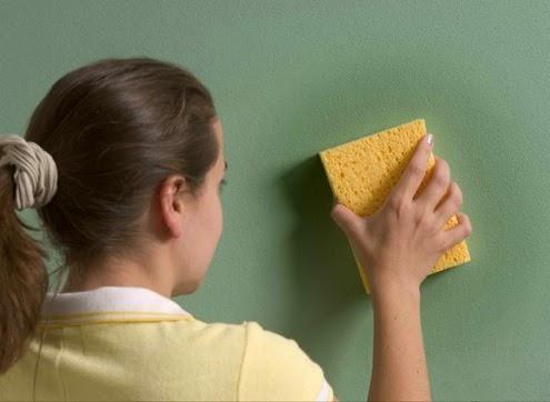 Lau sạch bụi trên giấy dán tường