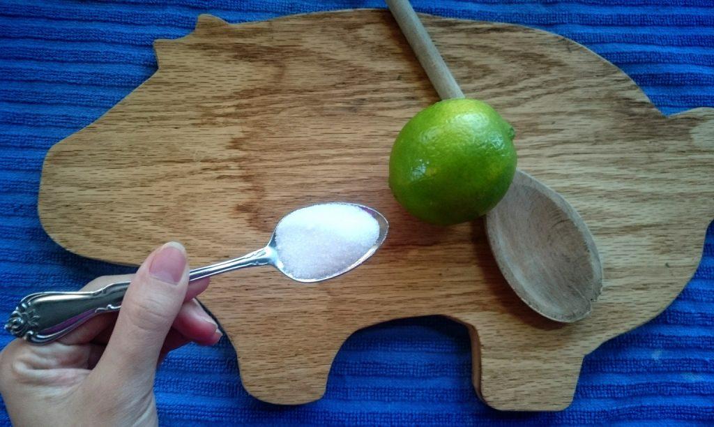 muối ăn và chanh làm sạch thớt gỗ rất đơn giản