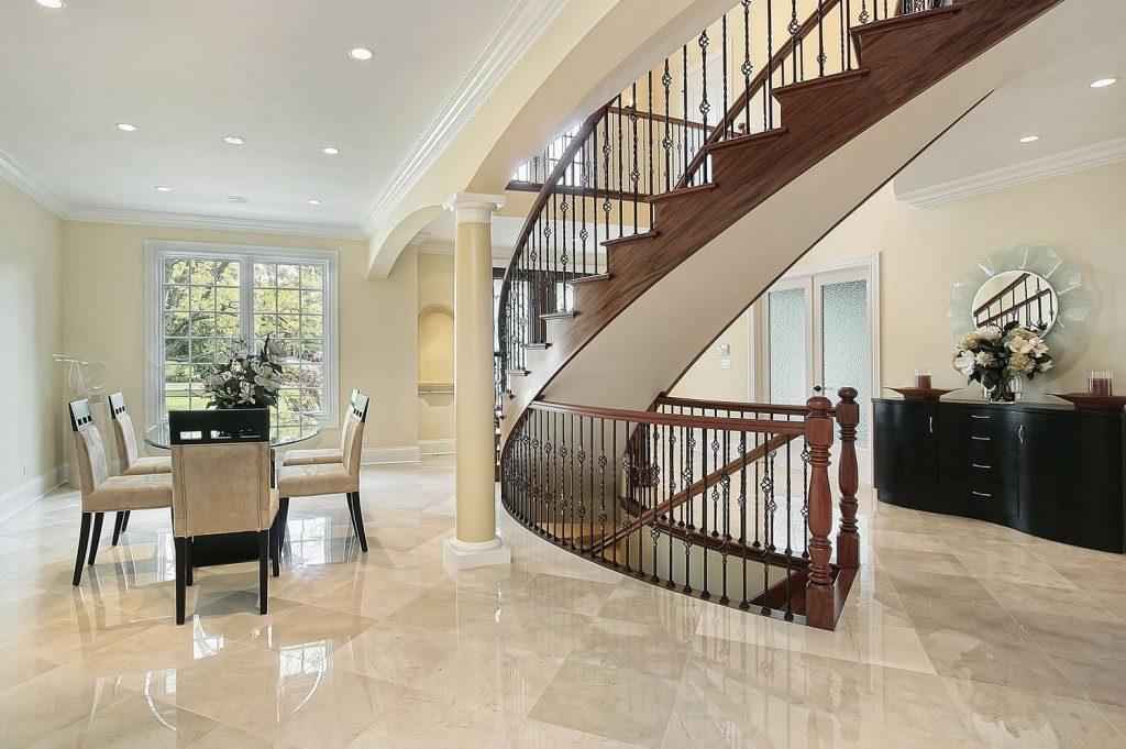bàn ăn và cầu thang trong nhà