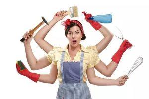 phụ nữ bận rộn cần tìm giúp việc nhà