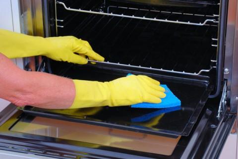 đeo găng tay khi vệ sinh lò nướng