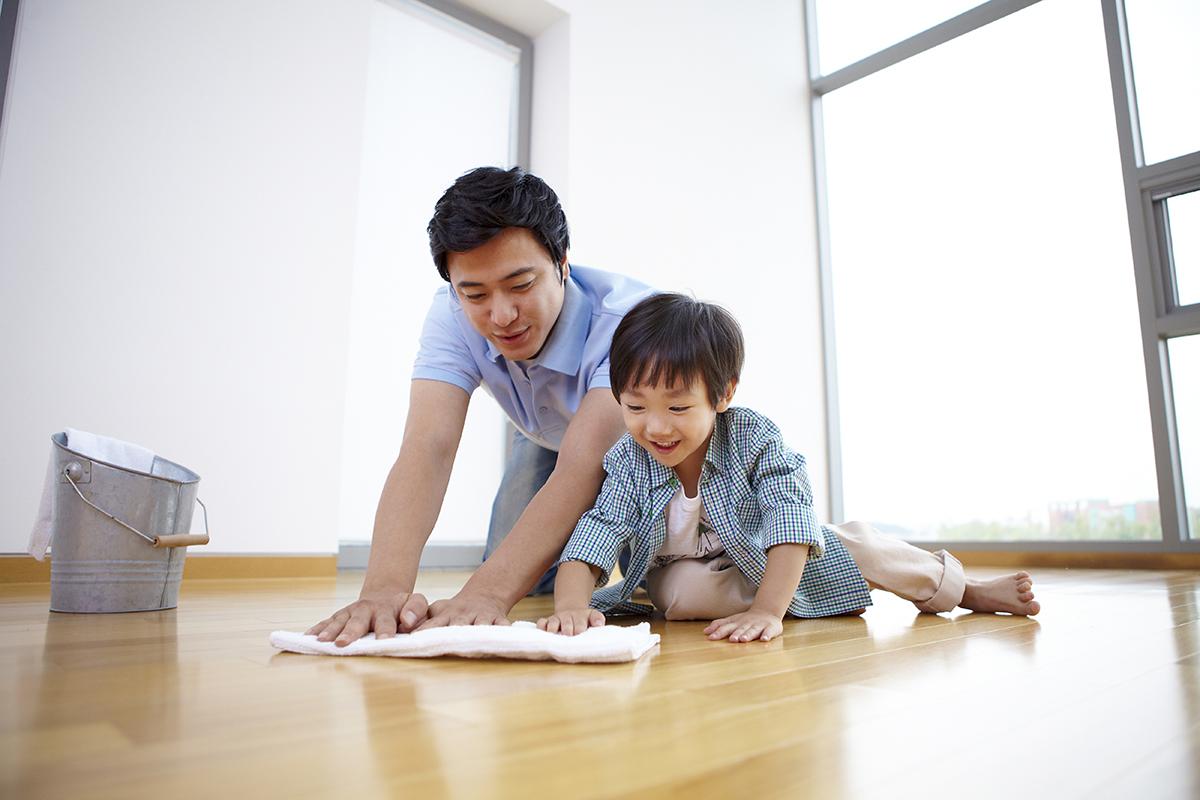người cha đang dạy con mình làm việc nhà
