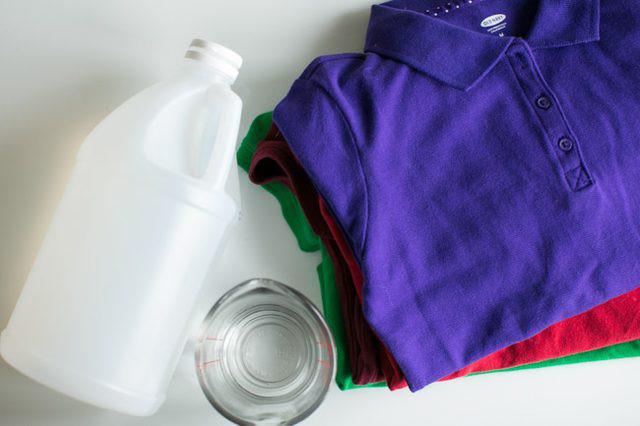dùng giấm trắng làm mềm vải