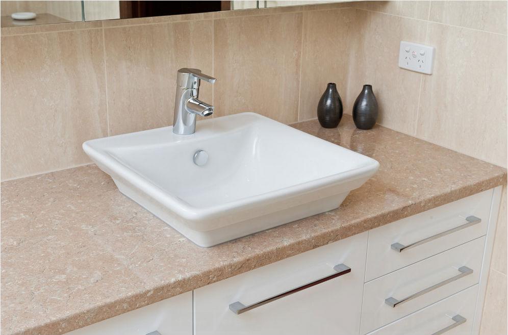 Làm sạch bồn rửa mặt trong phòng tắm
