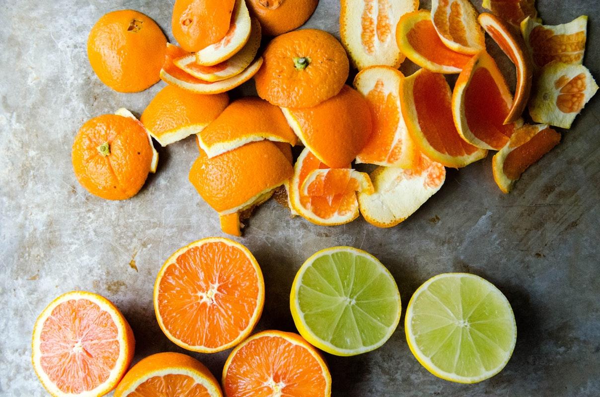 Khử mùi lò vi sóng đơn giản với vỏ cam và chanh