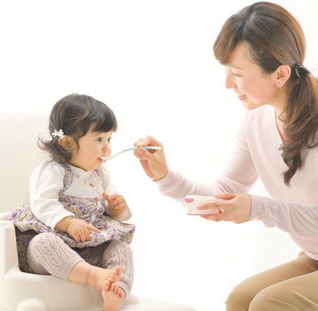 """Cẩm nang ăn dặm """"tất tần tật"""" dành cho bé từ 5 đến 6 tháng tuổi"""
