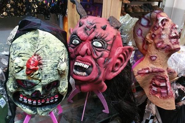 cửa hàng bán phụ kiện Halloween