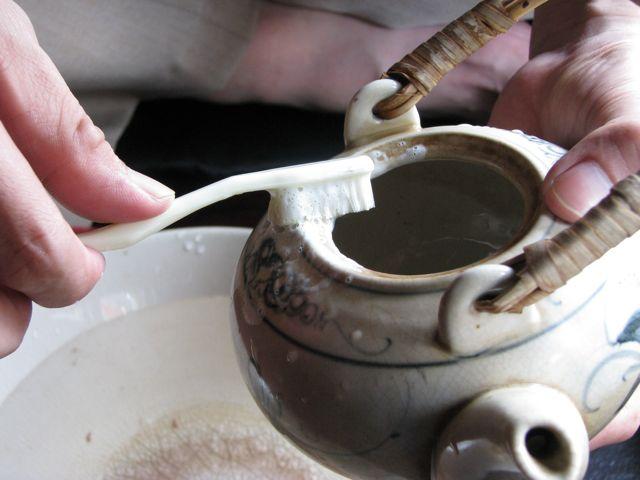 vệ sinh ấm trà
