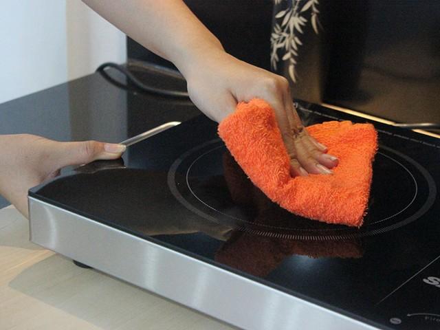 Vệ sinh bếp hồng ngoại đúng cách khi bị dính đồ ăn