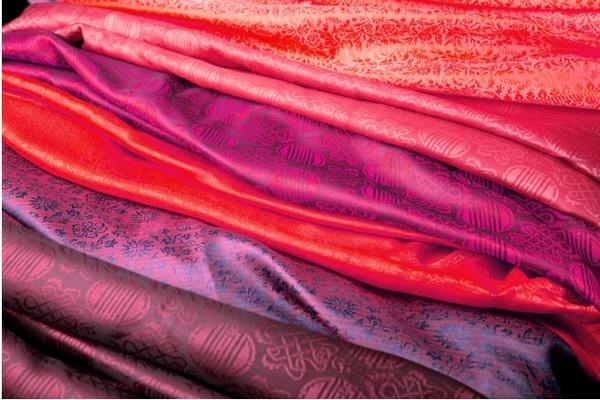 cách ủi quần áo vải tơ tằm nhanh và đẹp