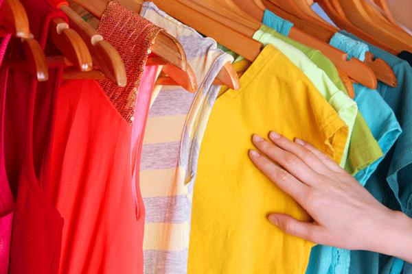 những chiếc áo nhiều màu được treo trên sào