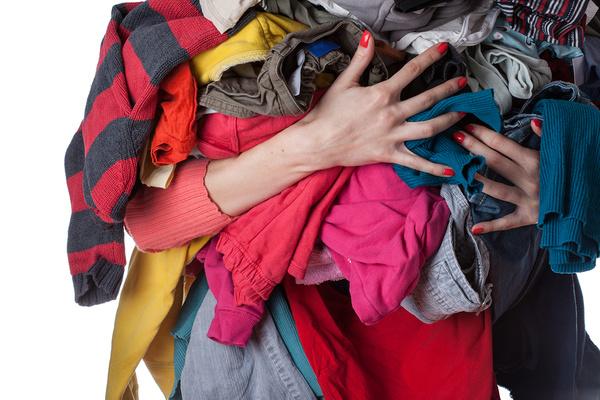 cô gái đang ôm nhiều quần áo