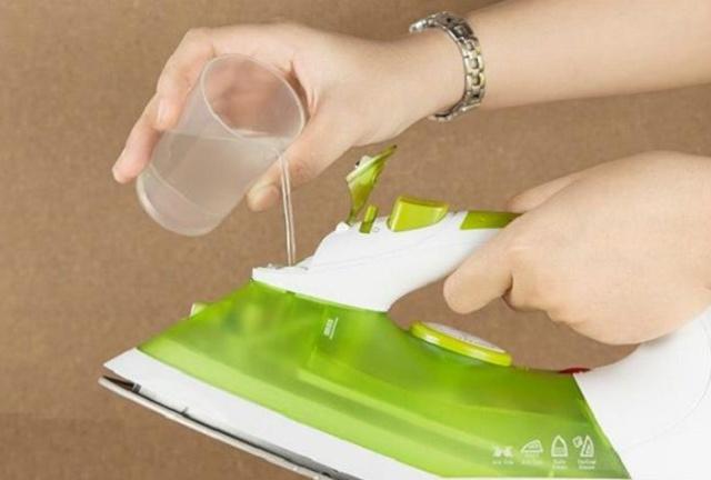 rót nước vào bàn ủi