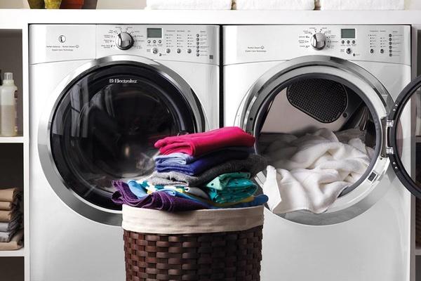giặt quần áo ở tiệm giặt ủi