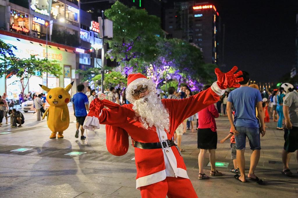 Ông già noel ở phố đi bộ Nguyễn Huệ