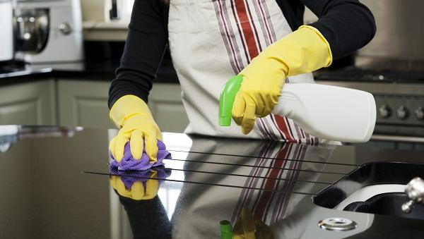 sử dụng hóa chất trong lau dọn nhà