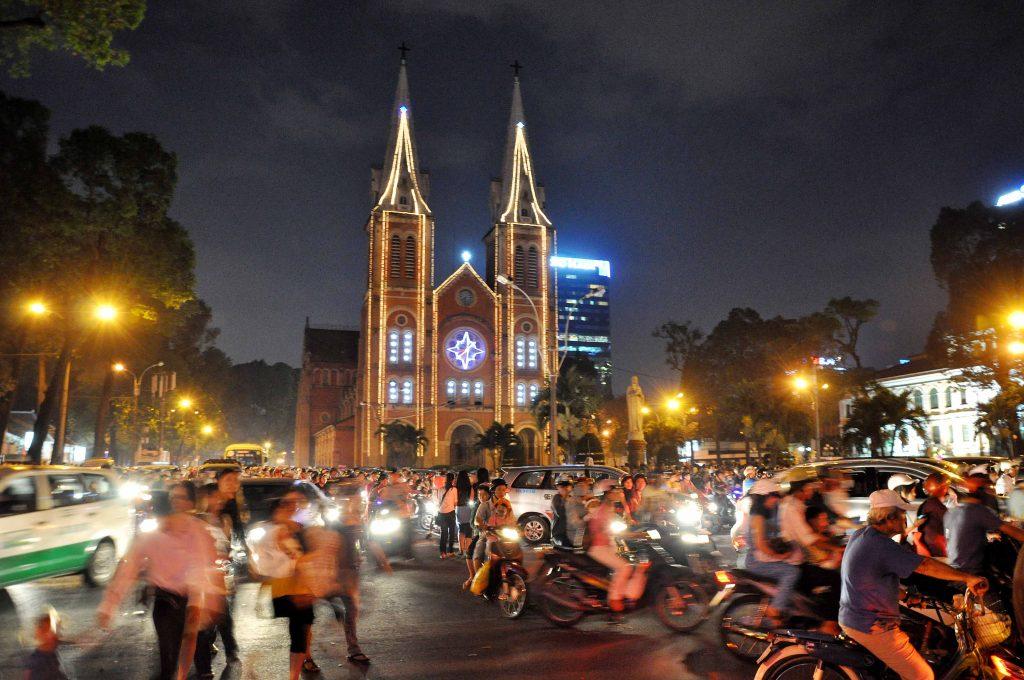 Nhà thờ Đức Bà đông đúc trong đêm giáng sinh