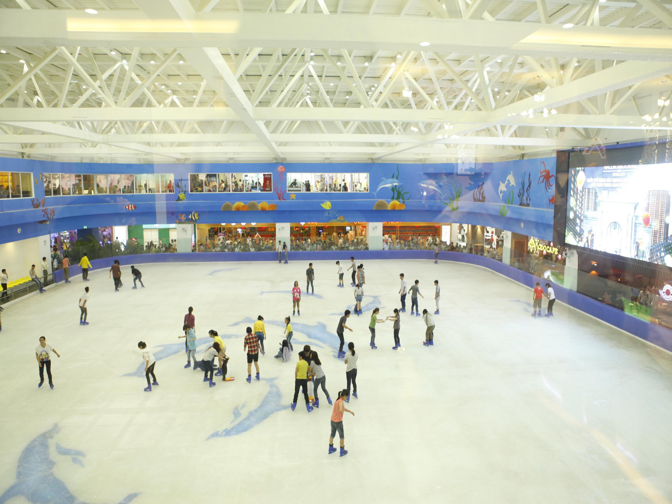 Khu trượt băng rất đông khách trong ngày noel