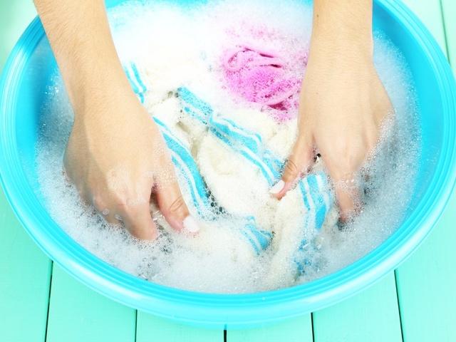 giặt quần áo bằng nước nóng