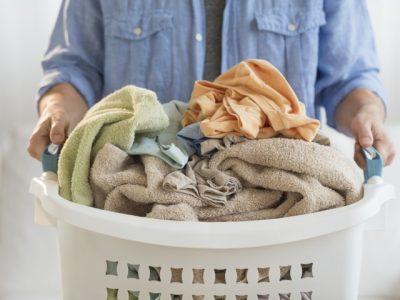 Có nên giặt quần áo bằng nước nóng?