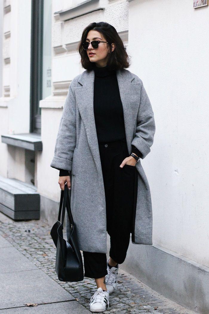 cô gái mặc áo khoác dạ đang đi