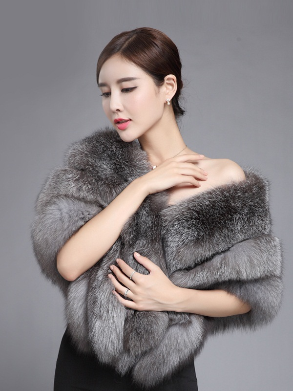 Cô gái khoác trên người khăn choàng làm từ lông