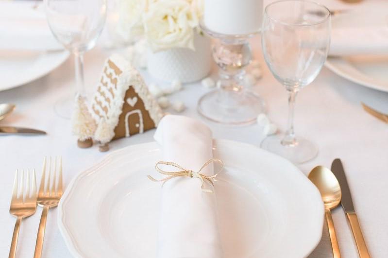 Bàn ăn đơn giản tuyết trắng