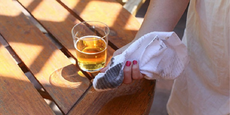 làm sạch đồ gỗ bằng bia