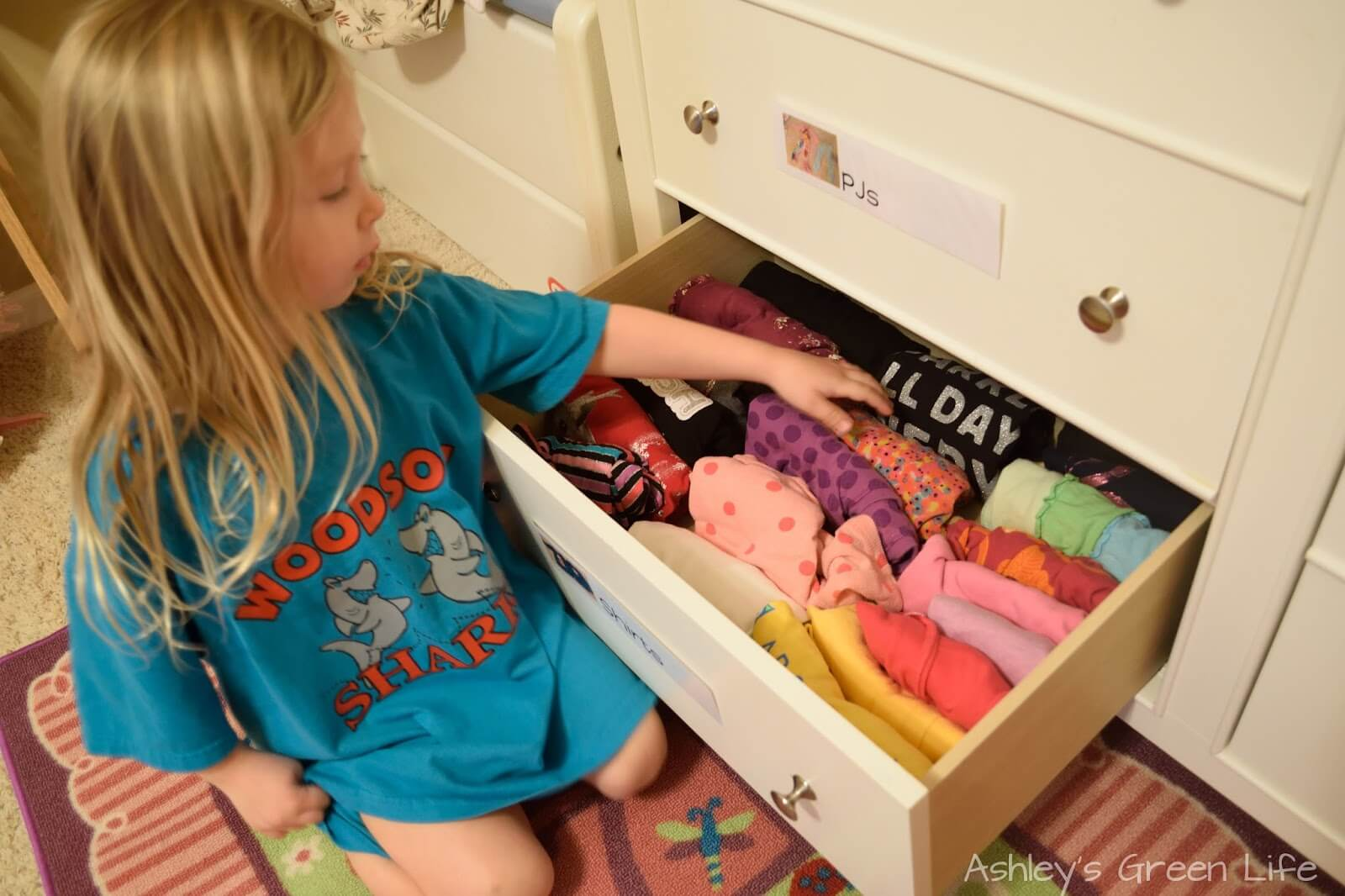 Cuộn tròn quần áo sẽ giúp dễ dàng lấy ra