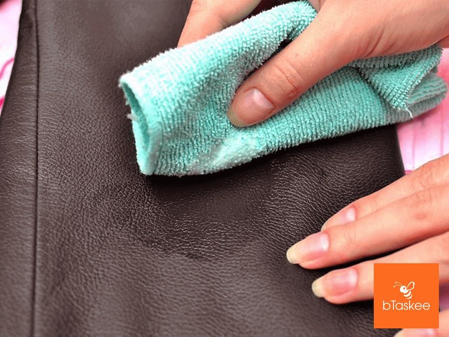 Dùng khăn ẩm để lau vết bẩn