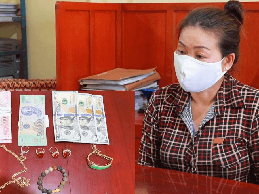 người phụ nữ bị bắt vì tội trộm cắp