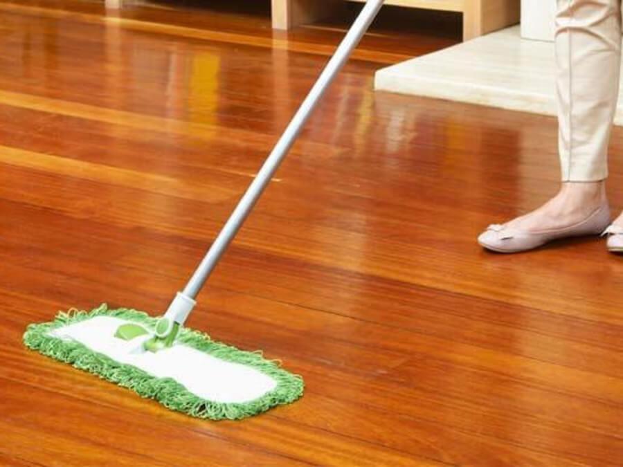 khử khuẩn bề mặt sàn nhà