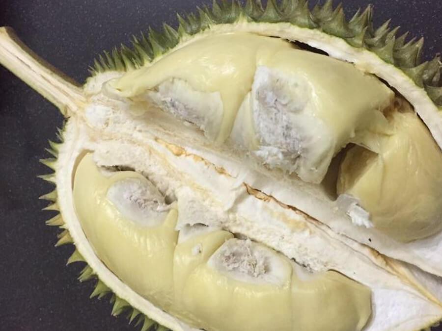 Cơm sầu riêng dùng hóa chất màu vàng nhạt