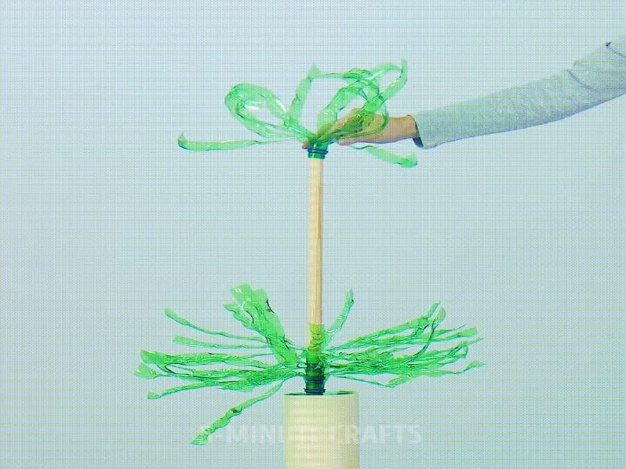 tạo hình cây thông bằng chai nhựa