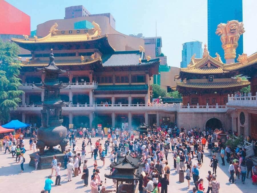 chùa tấp nập dịp đầu năm