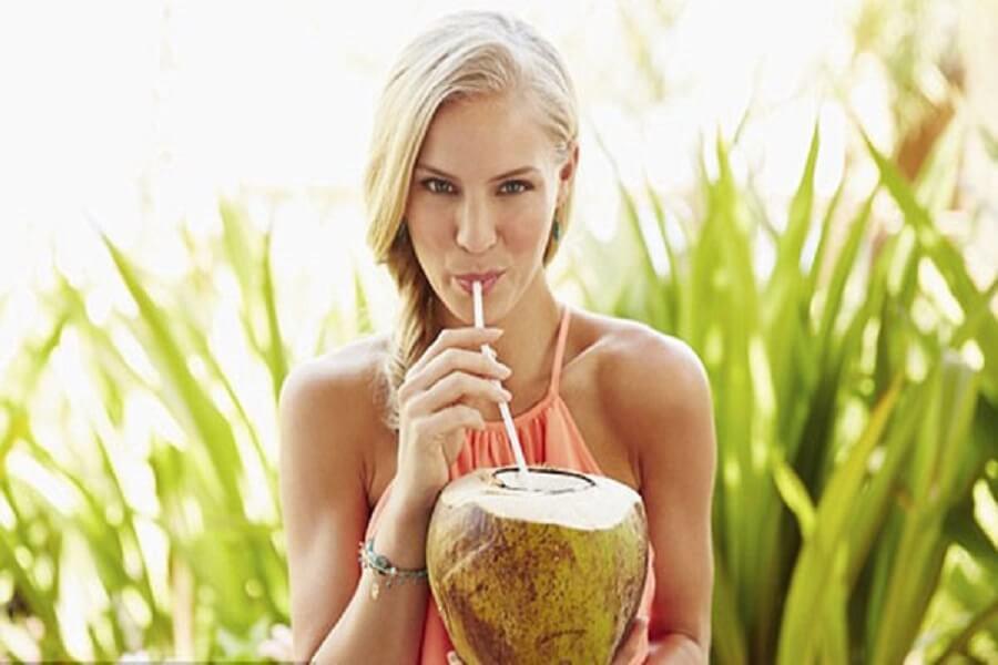 cô gái uống nước dừa